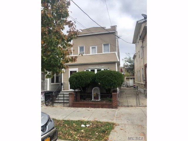 3 BR,  3.00 BTH  Colonial style home in Corona