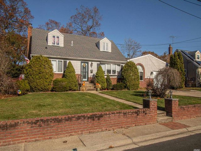 4 BR,  3.00 BTH Exp cape style home in North Babylon