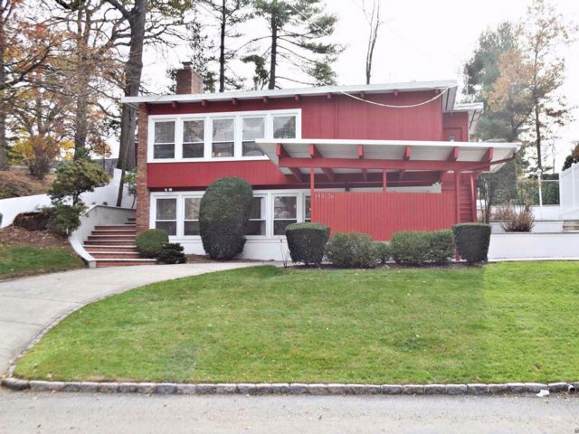 5 BR,  3.50 BTH Splanch style home in Holliswood