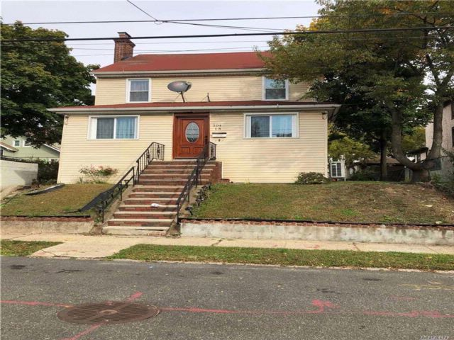 5 BR,  4.00 BTH Colonial style home in St. Albans
