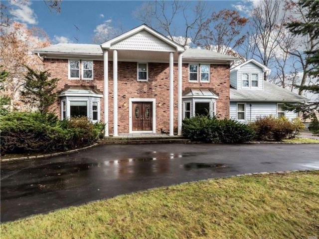 6 BR,  4.50 BTH Colonial style home in Muttontown