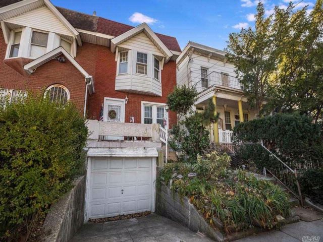 3 BR,  1.50 BTH Colonial style home in Woodhaven