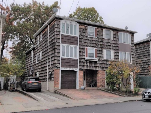 7 BR,  4.50 BTH 2 story style home in Bayside