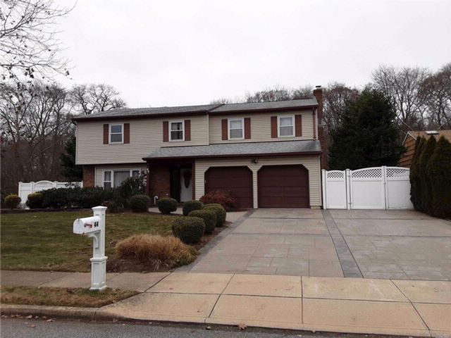 4 BR,  2.50 BTH Colonial style home in Oakdale