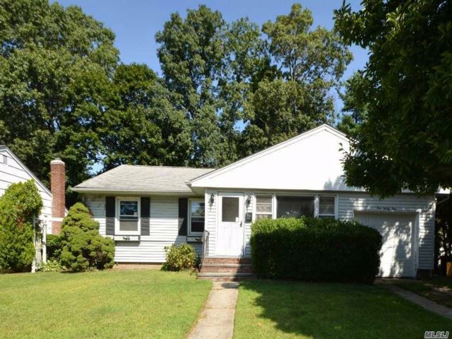3 BR,  2.00 BTH  Ranch style home in Locust Valley
