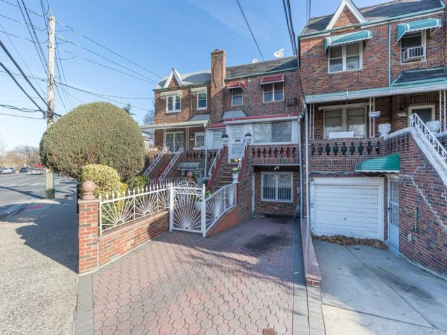 4 BR,  3.00 BTH  2 story style home in Canarsie