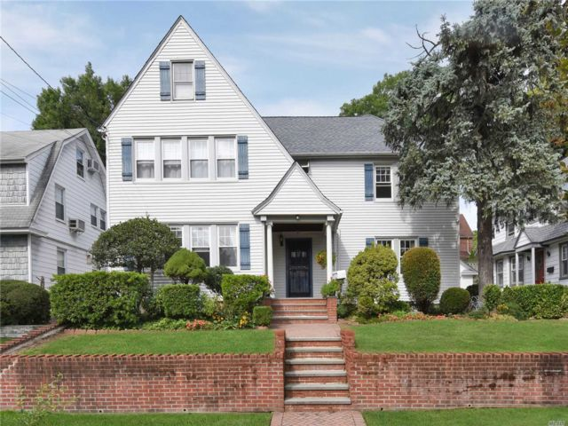 6 BR,  2.50 BTH  2 story style home in Flushing