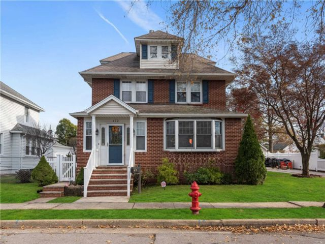 5 BR,  4.00 BTH Colonial style home in Mineola