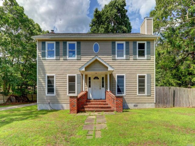 5 BR,  3.00 BTH  Colonial style home in Shirley