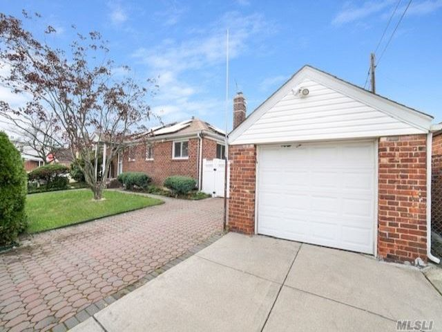 3 BR,  4.00 BTH  Ranch style home in Flushing