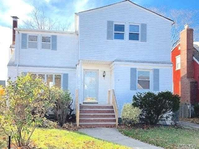 4 BR,  2.00 BTH Colonial style home in Merrick