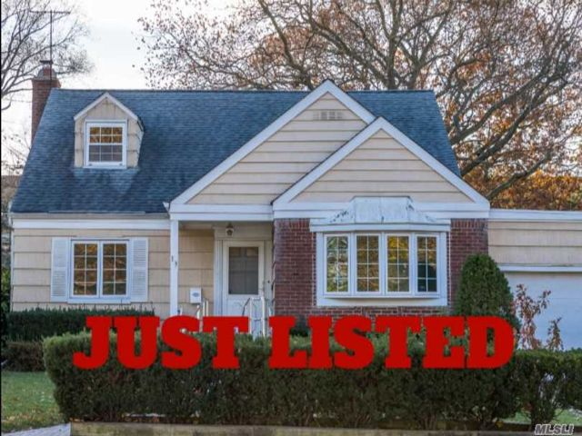 4 BR,  2.00 BTH Cape style home in Hewlett