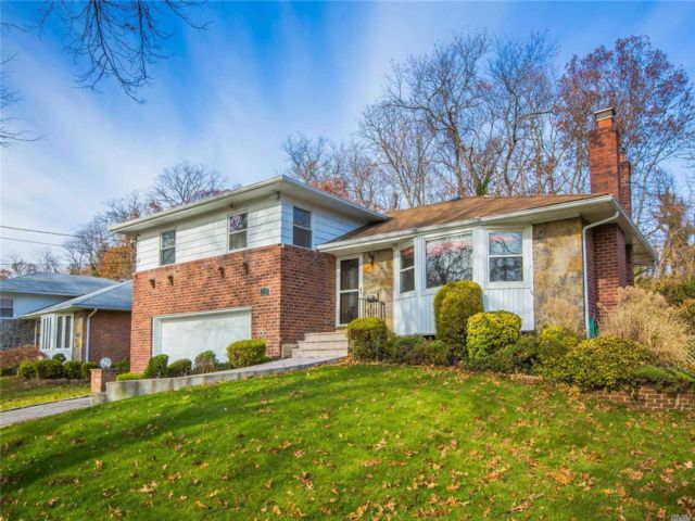 3 BR,  3.00 BTH  Split level style home in Roslyn Heights