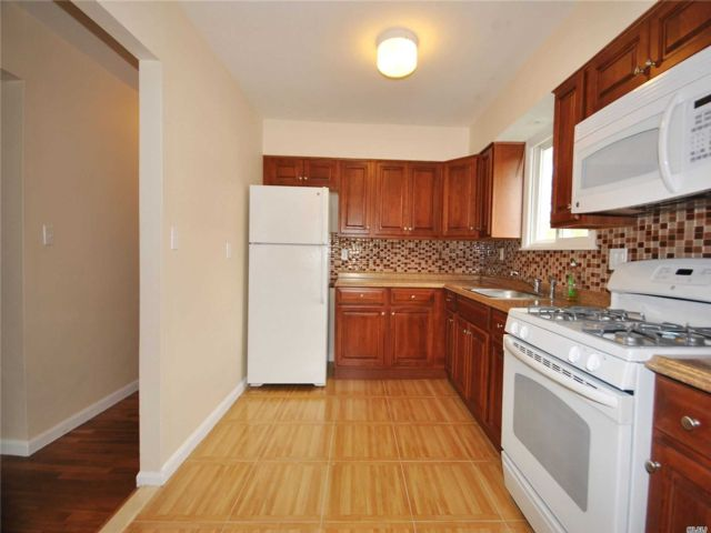 3 BR,  1.00 BTH Apt in house style home in Port Washington