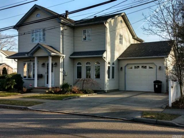 4 BR,  3.00 BTH Colonial style home in Merrick