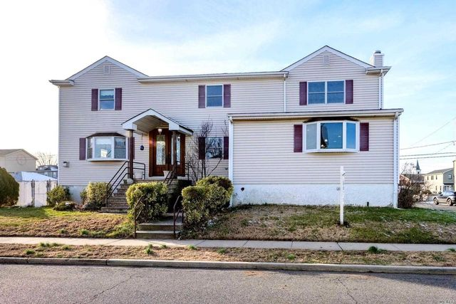 4 BR,  5.00 BTH Colonial style home in Island Park