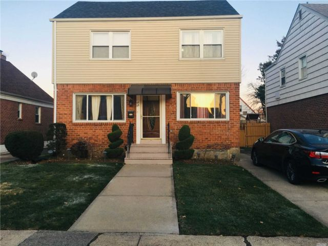 3 BR,  4.00 BTH  Colonial style home in Bellerose