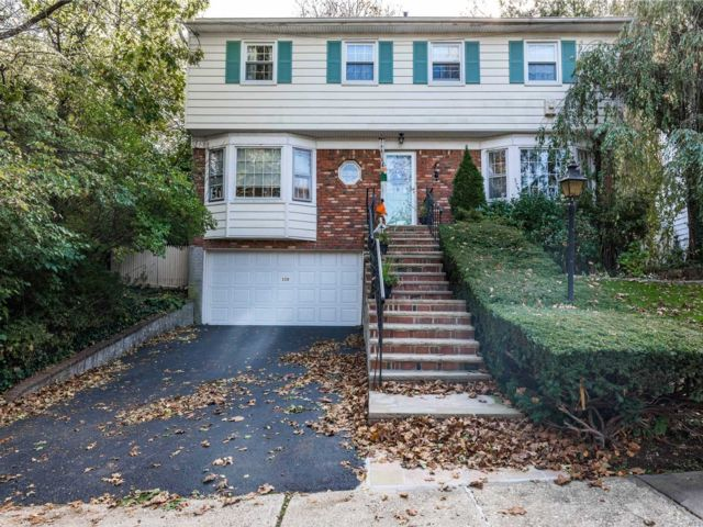 4 BR,  2.50 BTH Colonial style home in Douglaston