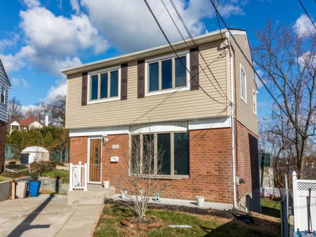 3 BR,  4.00 BTH  2 story style home in Bayside