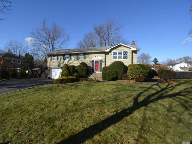 6 BR,  3.00 BTH Hi ranch style home in East Northport