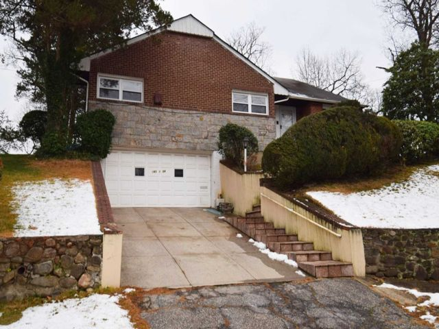 5 BR,  4.00 BTH  Colonial style home in Holliswood