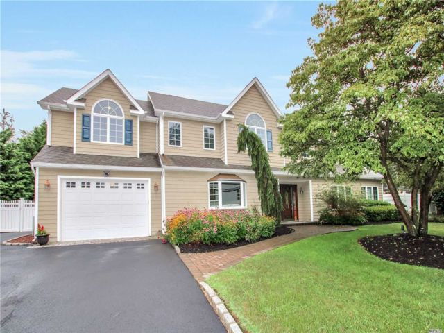 6 BR,  2.50 BTH Colonial style home in Port Jefferson Station
