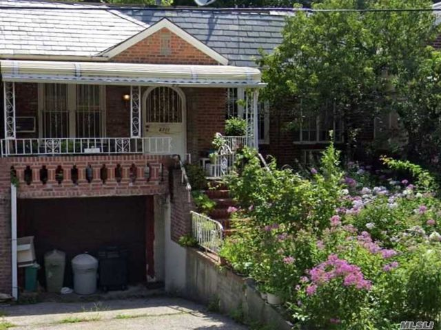 3 BR,  2.00 BTH Ranch style home in Rego Park