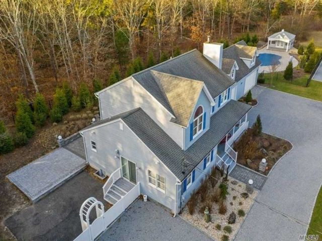 4 BR,  4.00 BTH 2 story style home in Westhampton