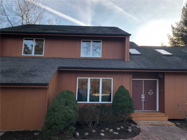 5 BR,  3.00 BTH 2 story style home in East Marion