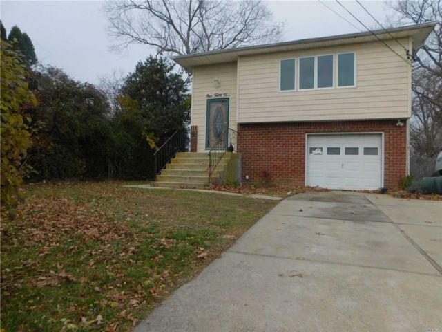 5 BR,  2.00 BTH  Hi ranch style home in North Babylon