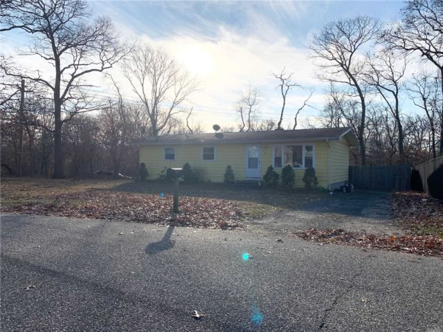 4 BR,  1.00 BTH Ranch style home in Mastic