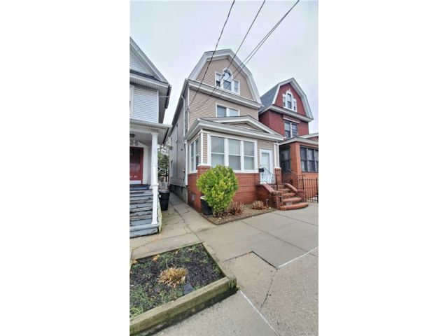 5 BR,  2.50 BTH Colonial style home in Woodhaven