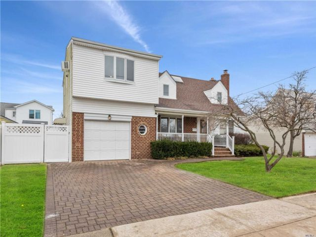 6 BR,  2.50 BTH  Exp cape style home in West Hempstead