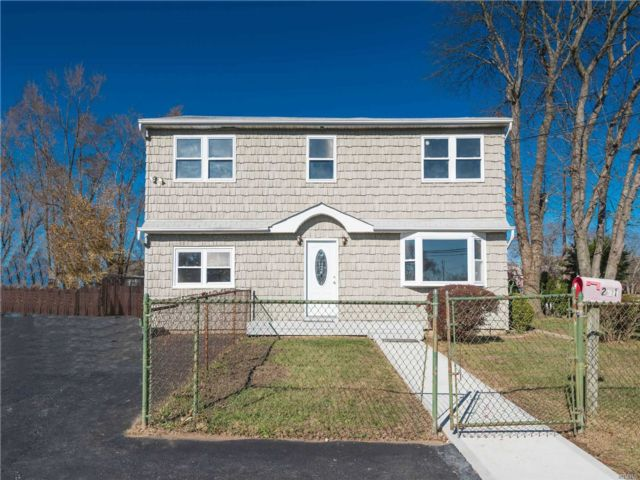 7 BR,  2.00 BTH Colonial style home in West Babylon