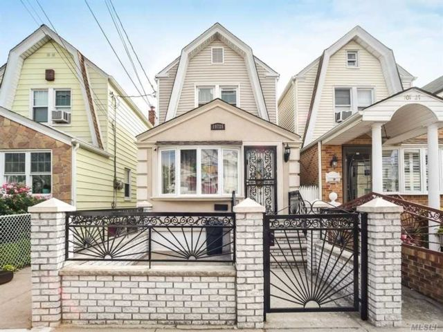 2 BR,  2.00 BTH Colonial style home in Richmond Hill