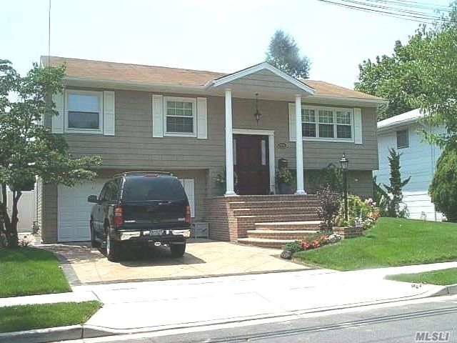 4 BR,  3.00 BTH Hi ranch style home in Merrick