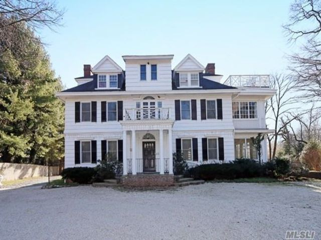 7 BR,  7.00 BTH Colonial style home in Old Westbury