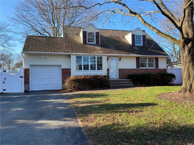 4 BR,  2.00 BTH  Exp cape style home in Greenlawn