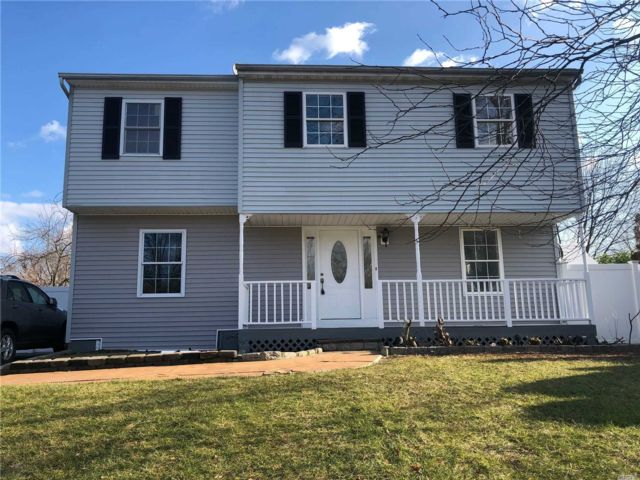 5 BR,  4.00 BTH Colonial style home in Central Islip