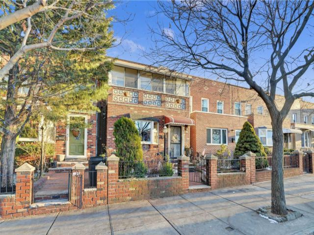 3 BR,  1.50 BTH Colonial style home in Astoria