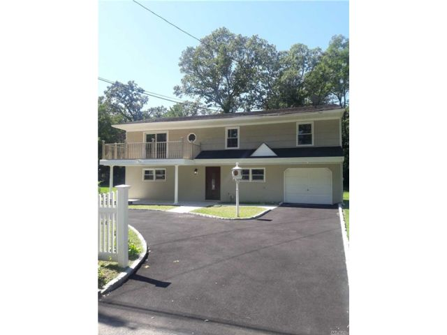 5 BR,  2.00 BTH  Colonial style home in Wheatley Heights