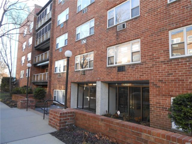1 BR,  2.00 BTH Co-op style home in Mineola