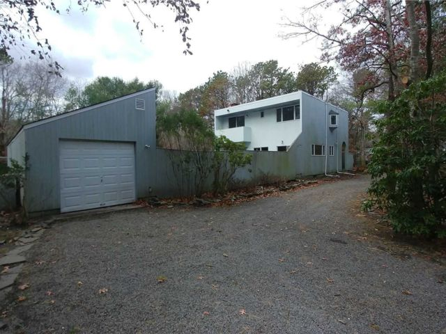 4 BR,  3.00 BTH Contemporary style home in Quogue