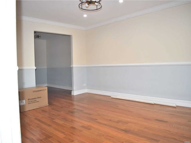 3 BR,  2.50 BTH Townhouse style home in Cambria Heights