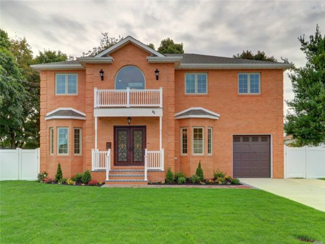 5 BR,  4.00 BTH Colonial style home in Hicksville