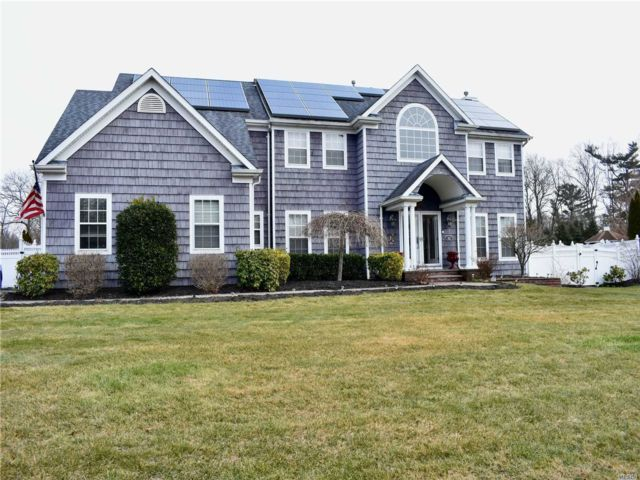 5 BR,  3.00 BTH Colonial style home in Yaphank