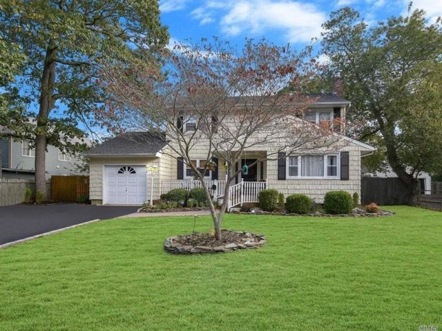 4 BR,  2.50 BTH Colonial style home in East Islip