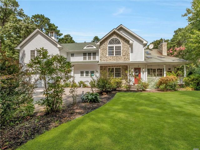 5 BR,  3.00 BTH  Traditional style home in Calverton
