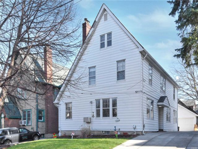 6 BR,  3.50 BTH Colonial style home in Flushing
