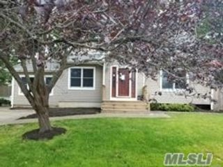 4 BR,  2.55 BTH Ranch style home in East Northport